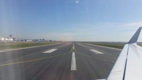 Sikt för landningsbana för Frankfurt flygplats från nivån på jordningen arkivbild