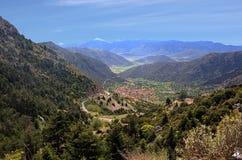 Sikt för landskap för bergväglopp Arkivfoto
