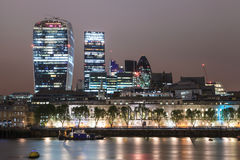Sikt för London stadsskyskrapor över Thames River Arkivfoton