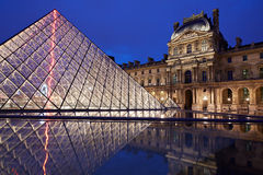 Sikt för Louvremuseum- och pyramidnatt Royaltyfria Foton