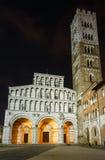 Sikt för Lucca stadsnatt Royaltyfria Bilder