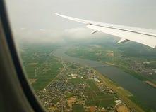 Sikt för luftlopp-flygplan fönster av landskapet Arkivfoto