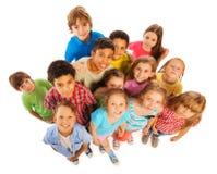 Sikt för många ungar från ovannämnt leende och lyckligt royaltyfria foton
