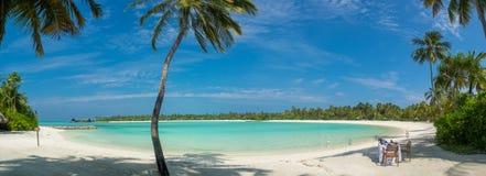 Sikt för Maldiverna strandpanorama med frukostaktivering Royaltyfri Foto