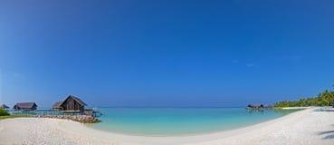 Sikt för Maldiverna strandpanorama med vattenbungalos nära havet Royaltyfri Foto