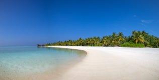 Sikt för Maldiverna strandpanorama med vit sand och blå himmel Royaltyfria Foton