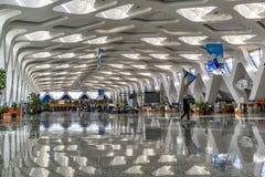 Sikt för Marrakech flygplatsinsite September2016 Marocko av korridoren med dess speciala arkitektoniska linjer i taket och sidan  Fotografering för Bildbyråer