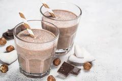 Sikt för milkshake eller för smoothie för chokladkokosnöthasselnöt bästa arkivbilder