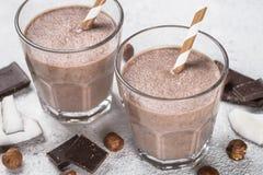 Sikt för milkshake eller för smoothie för chokladkokosnöthasselnöt bästa royaltyfri bild