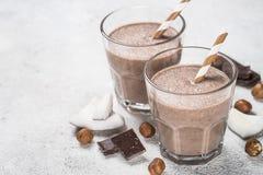 Sikt för milkshake eller för smoothie för chokladkokosnöthasselnöt bästa arkivfoton