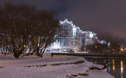 Sikt för Minsk stadsnatt med reflexion i den Svislach floden i aftonen Nattcityscape av Treenighetkullen, i stadens centrum Nemig Fotografering för Bildbyråer