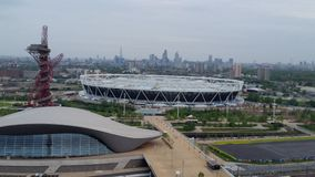 Sikt för morgon för tornkran av Stratford Olimpic Park och London Royaltyfri Foto