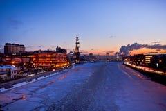 Sikt för Moskvanattstad med den röda Oktober fabriken, helgonet Peter Monument och presidenthotellet Royaltyfria Bilder