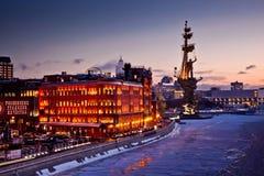 Sikt för Moskvanattstad med den röda Oktober fabriken, helgonet Peter Monument och presidenthotellet Arkivfoton