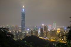 Sikt för natt för den Taipei 101 och Taipei staden Fotografering för Bildbyråer