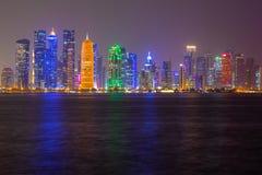 Sikt för natt för Doha stadshorisont, Qatar royaltyfri bild