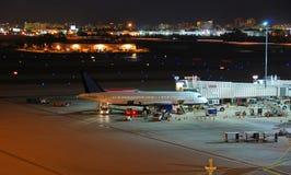 sikt för natt för flygplatslättheter allmän arkivbilder