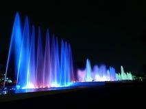 Sikt för natt för magisk vattenströmkrets scenisk av moderna waterjet springbrunnar i Lima, Peru Arkivfoton