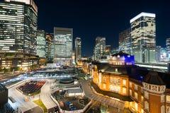 Sikt för natt för panorama- modernt öga för stadshorisontfågel flyg- med den tokyo stationen under dramatiskt glöd och härligt mö Royaltyfria Foton