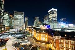 Sikt för natt för panorama- modernt öga för stadshorisontfågel flyg- med den tokyo stationen under dramatiskt glöd och härligt mö Royaltyfri Foto