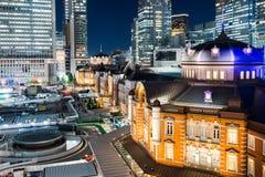 Sikt för natt för panorama- modernt öga för stadshorisontfågel flyg- med den tokyo stationen under dramatiskt glöd och härligt mö Fotografering för Bildbyråer