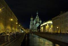 sikt för natt för stadsexponering lång Kyrka, flod och gata Arkivfoton