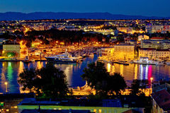 Sikt för natt för Zadar lyxig yachtmarina arkivbild