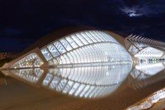 Sikt för natt Hemisferic för futuristisk byggnad scenisk i staden av konster och vetenskaper, Valencia, Spanien royaltyfri fotografi
