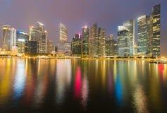 Sikt för natt Singapore för central affär i stadens centrum ljus Royaltyfri Fotografi