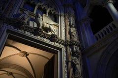 Sikt för natt för slott för doge` s, skulpturcloseup Royaltyfri Bild