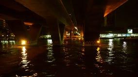 Sikt för nattChao Phraya flod i kryssningskepp på Thailand lager videofilmer