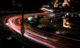 Sikt för nattstadsgata med ljusa slingor Fotografering för Bildbyråer