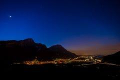 Sikt för nattvägtrafik efter solnedgång i berg royaltyfri fotografi
