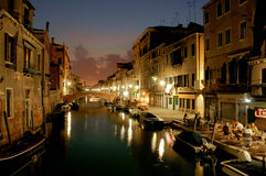 Sikt för nattVenedig kanal fotografering för bildbyråer