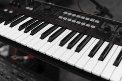 Sikt för nyckel- bräde för syntpiano bästa Yrkesmässigt elektroniskt midi tangentbord med svartvita tangenter fotografering för bildbyråer