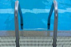 Sikt för pöltrappa överst på blått vatten i simbassäng royaltyfria foton