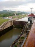 Sikt för Panama kanal av låsarkiveringen med vatten Royaltyfri Fotografi