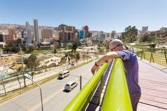 Sikt för panorama för cityscape för brige för man för LaPaz stad Arkivbild