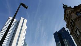 Sikt för panorama för Frankfurt Tysklandskyskrapor av staden på gryning royaltyfri fotografi