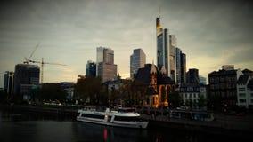 Sikt för panorama för Frankfurt Tysklandskyskrapor av staden på gryning arkivbilder