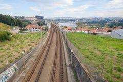 Sikt för panorama för järnväg för railtracksjärnvägdrev förorts- för liten stad landskap för flod flyg- Arkivbilder