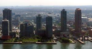 Sikt för panorama för New York City Manhattan midtown flyg- med skyskrapor och blå himmel i dagen Arkivbild