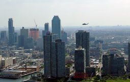 Sikt för panorama för New York City Manhattan midtown flyg- med skyskrapor och blå himmel i dagen Royaltyfri Foto