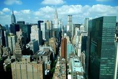 Sikt för panorama för New York City Manhattan midtown flyg- med skyskrapor och blå himmel i dagen Royaltyfri Fotografi