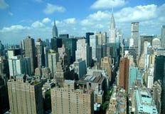 Sikt för panorama för New York City Manhattan midtown flyg- med skyskrapor och blå himmel i dagen Royaltyfria Foton