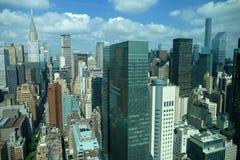 Sikt för panorama för New York City Manhattan midtown flyg- med skyskrapor och blå himmel i dagen Royaltyfria Bilder
