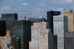 Sikt för panorama för New York City Manhattan midtown flyg- med skyskrapor och blå himmel i dagen Fotografering för Bildbyråer
