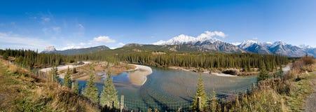 sikt för panorama- flod för berg stenig arkivbild