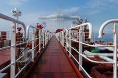 Sikt för perspektiv för råoljatankfartyg från däcket royaltyfria bilder