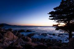 Sikt för Pescadero punktsolnedgång på längs berömt 17 mil drev - Monterey, Kalifornien, USA Arkivbild